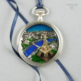 Naszyjnik diorama Paryża z wieżą Eiffla zrobioną z części zegarków