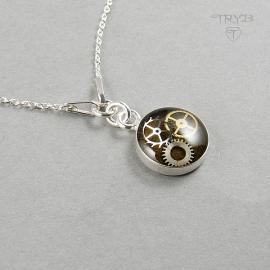 Srebrny Naszyjnik Celebrytka z prawdziwymi trybikami z zegarków na tle w kolorze khaki