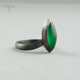 Ring with green onyx