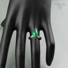Pierścionek z zielonym kamieniem naturalnym
