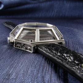 Ręcznie wykonany w Polsce unikatowy zegarek na pasku ze skóry kajmana.