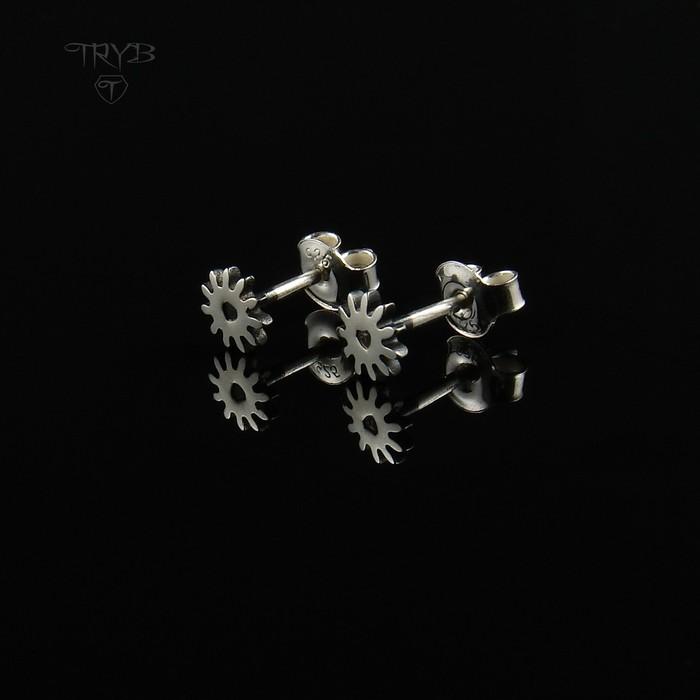Gear Me Up - małe kolczyki wkrętki ze srebra Trybiki