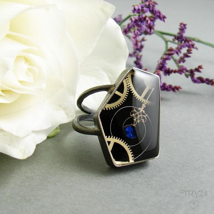 Asymetryczny pierścionek z oksydowanego srebra z mechanizmem zegarka.