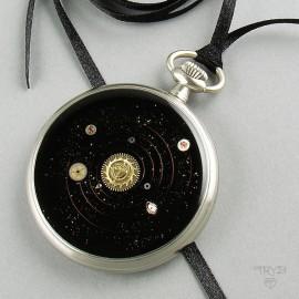 Ciekawy naszyjnik z Układem Słonecznym z elementów starych zegarków
