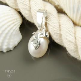 Nietoperz - srebrny wisiorek z białą perłą