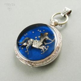 miniaturowa rzeźba z części zegarków