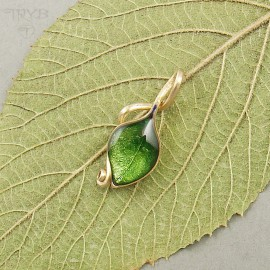 Green leaf pendant made of gold