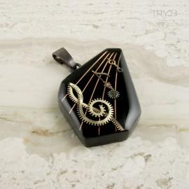 Ręcznie robiony muzyczny wisiorek z nutami i kluczem wiolinowym