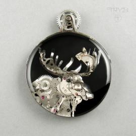 Ręcznie robiony wisior srebrny z łosiem z elementów mechanizmów czasomierzy