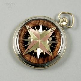 Oryginalny wisior Róża wiatrów z części zegarków