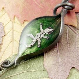 Oksydowana srebrna zawieszka liść z gekonem
