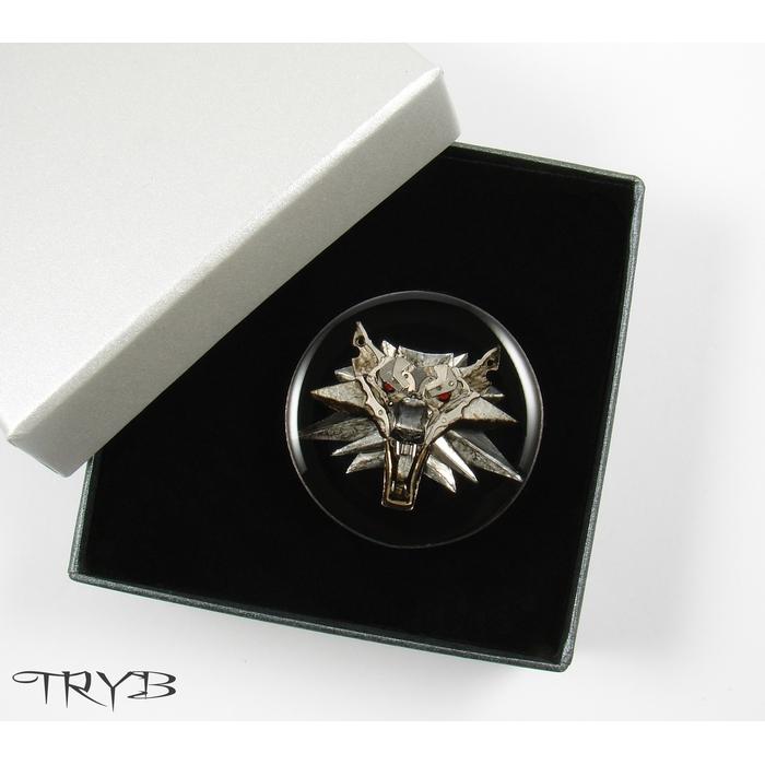 Wiedźmińska biżuteria - męski pin z białym wilkiem