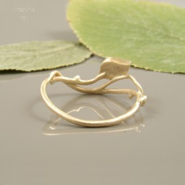 Roślinny pierścionek ze złota