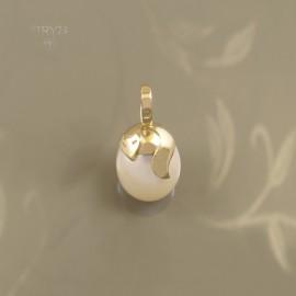 Złoty wisiorek z perłą
