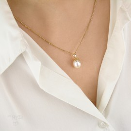 Gold pendant with pearl