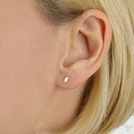 Minimalist ear studs of gold