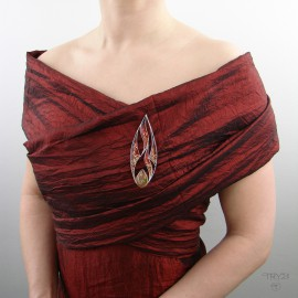 Duża, czerwona broszka w kształcie płomienia
