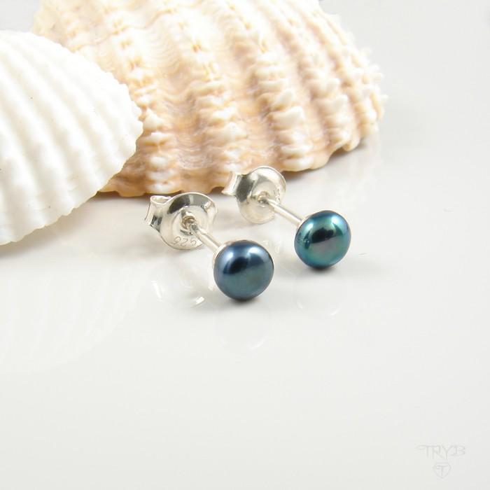 Małe srebrne kolczyki z perłą niebieską