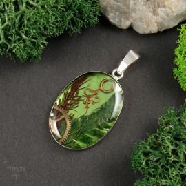 Wyjątkowy srebrny wisiorek z roślinami i wskazówkami zegarka w żywicy.