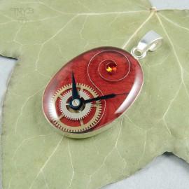 Czerwony wisiorek ze srebra i części zegarków