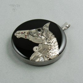 Duża zawieszka z koniem ręcznie zrobionym z częsci zegarków
