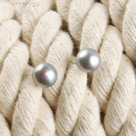 Ear studs pearls