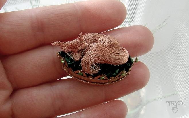 Miniaturowa rzeźba lis śpiący w koronie